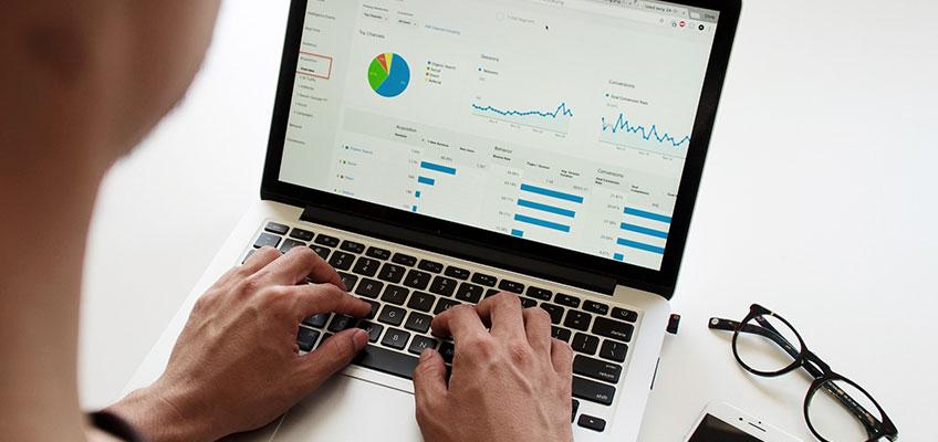 darbs ar portatīvo datoru, veicot datu analīzi